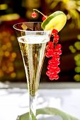 pic of hughes  -  Champagne glass with champagne and red currant decoration - JPG