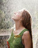 Постер, плакат: Женщина освежающий открытый в дождь