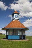 Постер, плакат: Башня с часами и жилье Frinton Эссекс Англия