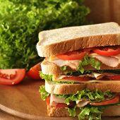 Постер, плакат: Огромные сэндвич с свежей ветчины салат огурец и помидоры Малая глубина резкости