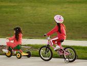 Постер, плакат: Семьи сестры велосипедов Верховая езда