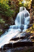 Постер, плакат: Водопад в осень гора с Вудс листва и скал Дигман падения Пенсильвании