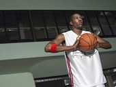 Постер, плакат: Низкий угол зрения баскетболиста подготовка для передачи мяча