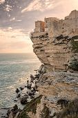 Постер, плакат: Citadel And Houses Of Bonifacio Above Towering White Cliffs