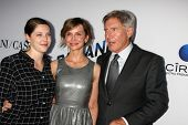 LOS ANGELES - 8 de AUG: Georgia Ford, Calista Flockhart, Harrison Ford chega ao