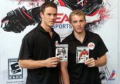 NEW YORK - SEPTEMBER 8: Jonathan Toews (L) und Patrick Kane (R) von den Chicago Blackhawks besuchen th