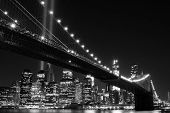 Puente de Brooklyn y las torres de luces (tributo en luz) por la noche, Manhattan, New York City