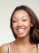 Постер, плакат: Молодые черные женщина с большой улыбкой брекеты