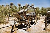 Постер, плакат: Старый вагона и тренеров на входе печи Крик ранчо в середине Долина смерти