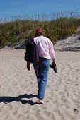 Постер, плакат: Женщина ходить на пляж песок