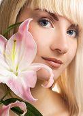 Постер, плакат: Красивая женщина с Розовая лилия
