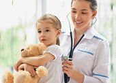 foto of doctors office  - doctor examining a child in a hospital - JPG