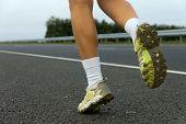 Постер, плакат: Кроссовки на девушка близкого расстояния бега