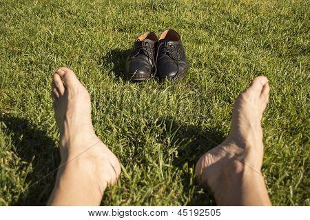 Постер, плакат: ноги отдохнуть в траве с его обувь, холст на подрамнике
