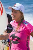 MAUI, HAWAII - 18. Dezember 2008: Professionelle Surfer Stephanie Gilmore gibt ein Interview nach t