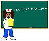 Постер, плакат: Проверяет женщина школ медсестрой вши