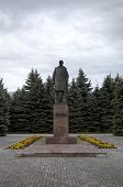 pic of lenin  - Monument to V - JPG