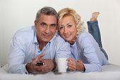 Постер, плакат: Пожилой пары смотреть телевизор