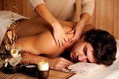 Постер, плакат: Красавец получать массаж