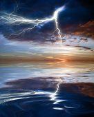 Постер, плакат: Отражение молнии в воде