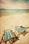 Постер, плакат: Два ВС шезлонги на берегу моря в стиле гранж и ретро
