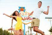 Постер, плакат: Лас Вегас знак Счастливая пара прыжков Люди веселятся перед Добро пожаловать в сказочный Лас Вегас Си