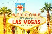 Постер, плакат: Лас Вегас знак Добро пожаловать на знак сказочный Лас Вегас Невада Урожай ретро стиле с теплым светящийся Су