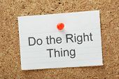 foto of reminder  - The phrase Do The Right Thing typed on a piece of paper and pinned to a cork notice board - JPG
