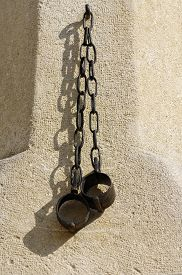 pic of shackles  - Shackles pillory detail history object architecture public - JPG