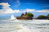 Do Templo de Tanah Lot, o mais importante templo indu de Bali, na Indonésia.