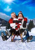 Постер, плакат: Старший пара весело в зимнее время