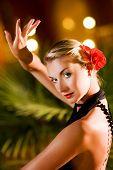 Постер, плакат: Красивая молодая женщина танцует танго