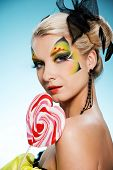 Постер, плакат: Молодая красавица с бабочка фейс арт в форме сердца леденец