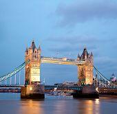 Постер, плакат: Архитектура Тауэрского моста вдоль реки Темзы Лондон Англия Великобритания в сумерках