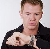 Постер, плакат: Человек глядя на свои часы с раздраженный взгляд на он сталкиваются