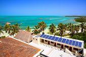 Постер, плакат: вид с воздуха на пляже с здание с панелью солнечных батарей на Исла Contoy Мексика