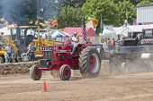 Red International 966 Pulling