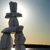 Inukshuk Landmark in de schemering