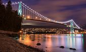 Lions Gate Bridge In Vancouver in de nacht