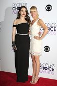 LOS ANGELES - JAN 8: Kat Dennings, Beth Behr at The People's Choice Awards at the Nokia Theater L.A.