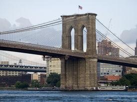 foto of brooklyn bridge  - A nice view of the Brooklyn Bridge and the East River in lower Manhattan - JPG
