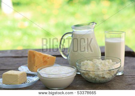 Постер, плакат: Молочные продукты на деревянный стол, холст на подрамнике