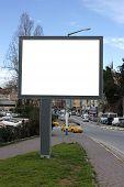 Постер, плакат: Пустой Billboard с пасмурное небо включая обтравочный контур вокруг пустую область