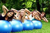 Постер, плакат: молодой и привлекательной людей группы делать упражнения Фитнес
