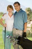 Постер, плакат: Портрет Счастливая пара среднего возраста сумке гольф на гольф поле