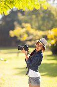 Постер, плакат: веселые фотографии молодых студентов принимать фотографии на открытом воздухе в парке