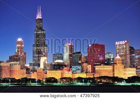 Постер, плакат: Чикаго города города городского горизонта в сумерках с небоскребами над озеро Мичиган с ясного неба , холст на подрамнике