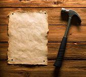 Постер, плакат: Молоток и старой бумаги на дереве