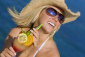 Постер, плакат: Красивая блондинка женщина пить коктейль на море