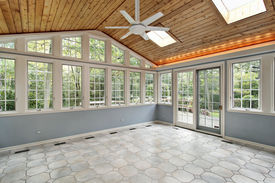 foto of screen-porch  - Sunroom in suburban home with wall of windows - JPG